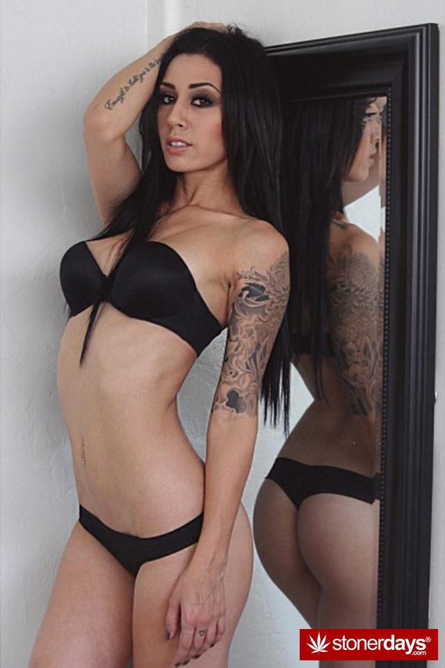 Sexy-stoner-girls-marijuana-aleerose-(2)