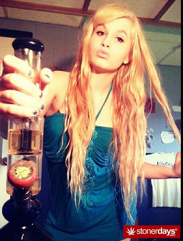 stoner-babes-marijuana-munchies-baakedblondiie-(41)